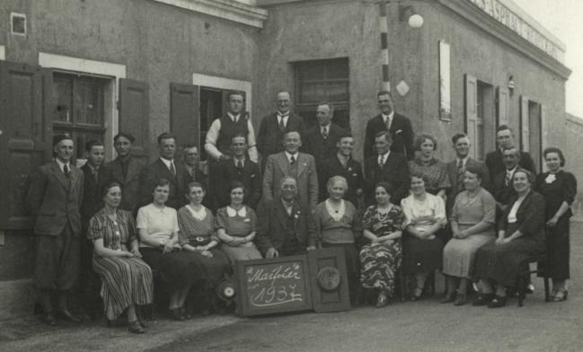 1936 Johannes Dittrich, der 1907 geborene Sohn von Anna und Paul, gründet einen eigenen Dachdeckerbetrieb in der Nähe seines Vaters auf der Fritz-Reuter-Straße