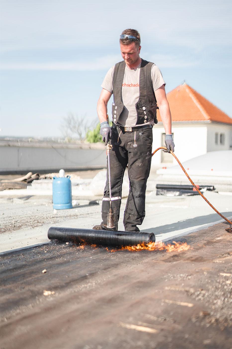 Bitumenrolle verlegen - Dachdeckermeister Claus Dittrich GmbH & Co. KG